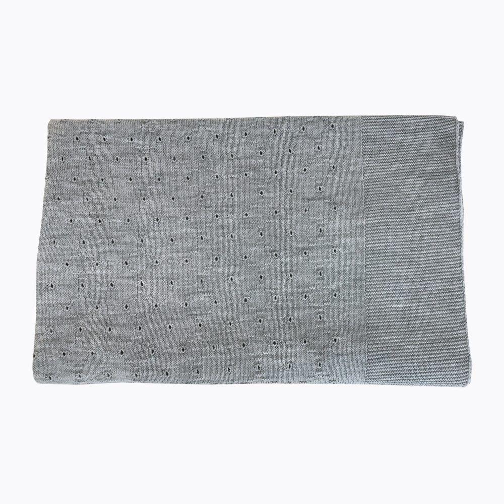 manta gris con puntos